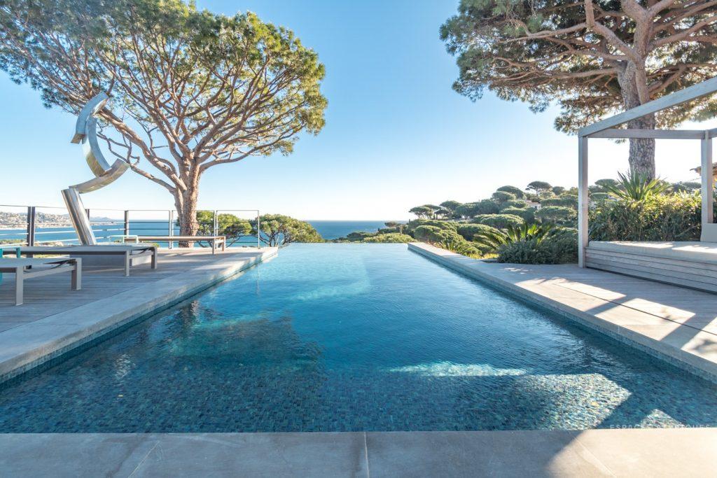 Villa contemporaine vue mer piscines intérieure extérieure